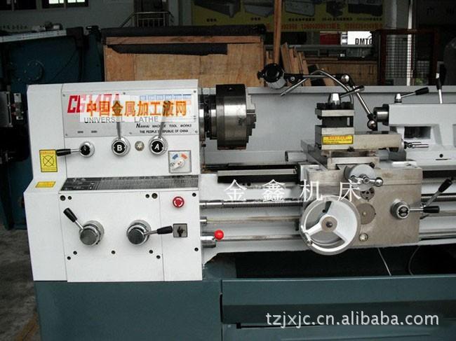 C6140A/C6240A主要用途和特性: 本系列车床具有广泛用途,主要用于各种回转体零件的外圆、内孔、端面、切槽及公制螺纹、模数螺纹、径节螺纹等的车削加工,此外还可以进行钻孔、铰孔、套料、扩孔、滚花、拉油槽等加工。 本系列车床钢性强,适合于使用硬质合金刀具对各种黑色金属和有色金属进行强力切削和高速切削。 本系列车床加工精度可达IT7级(按GB1800-79),加工表面粗粗糙度可达2.